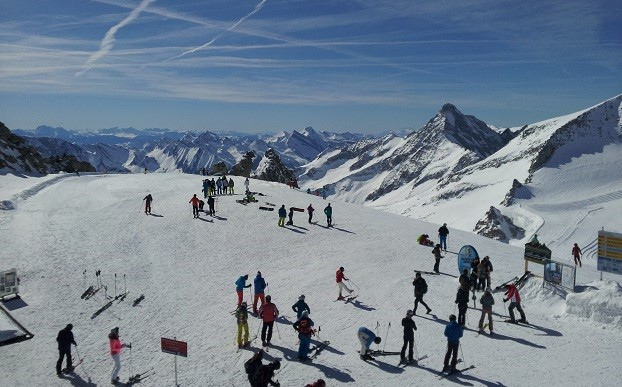 Im Skiclub beginnt die Skisaison mit einem Skibasar